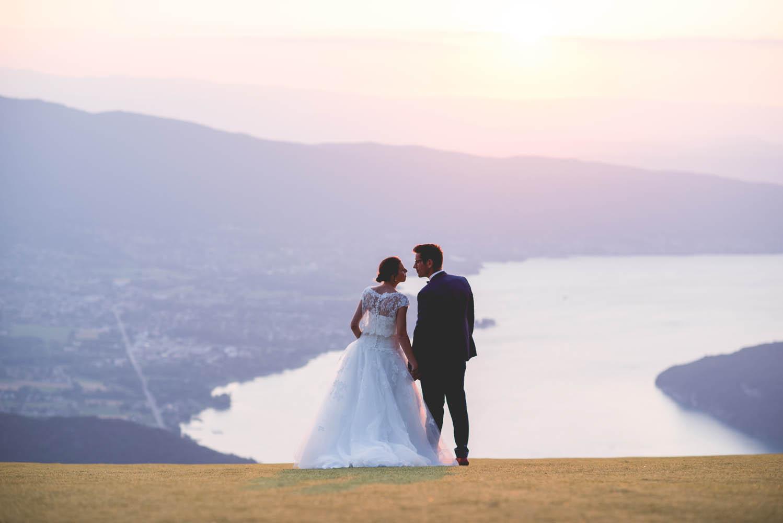 photo de 2 jeune mariés avec la vue sur le lac et les montagnes d'annecy