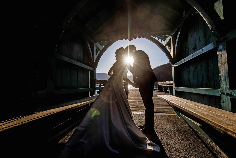 photo a contre jour de mariage a l abbaye de talloires