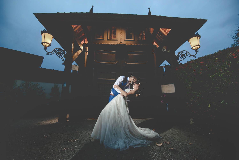 photo de mariage devant les portes du clos de florie