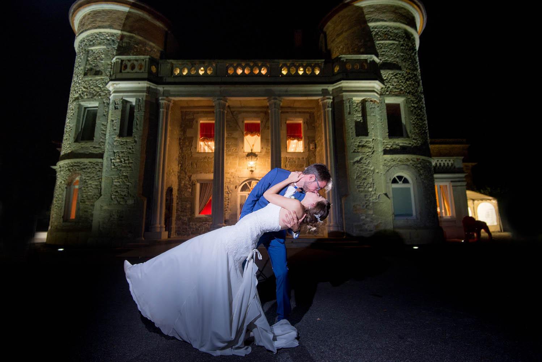 photo d'une couple de mariés devant le chateau de servolex